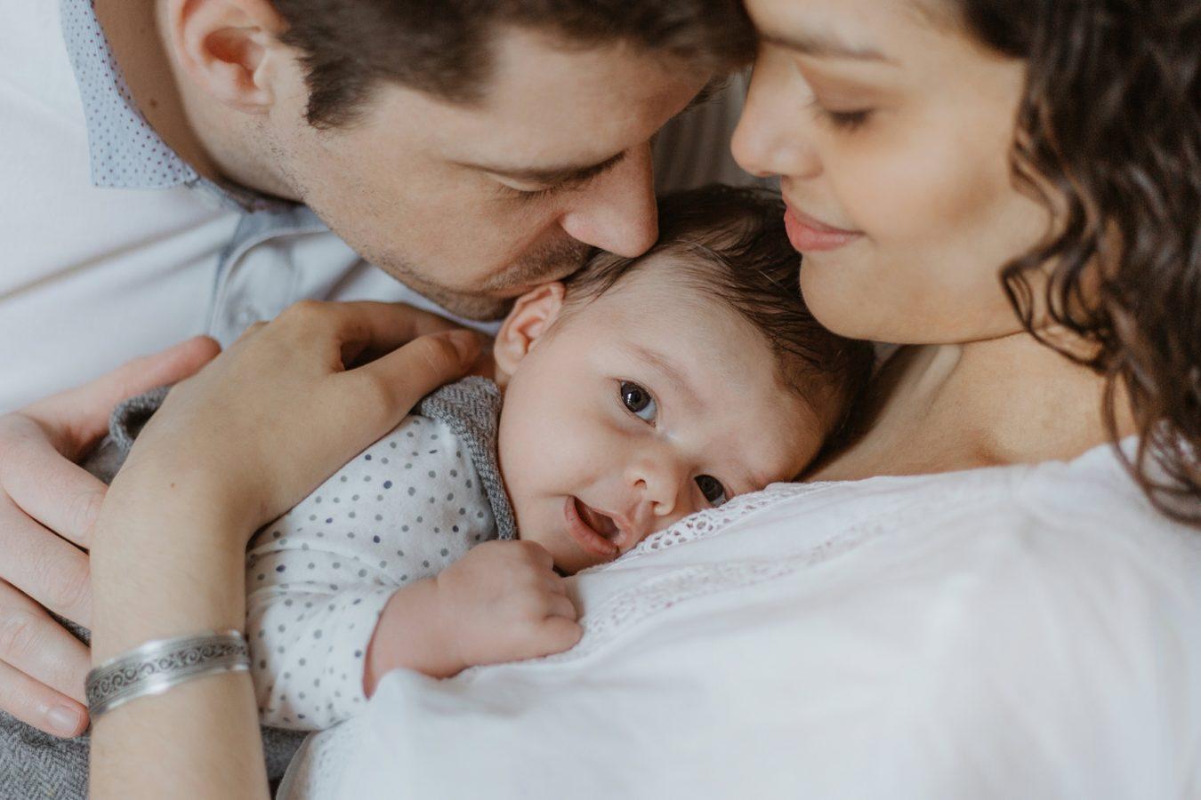 Séance photo naissance en famille à Bordeaux photographe Jade Sequeval