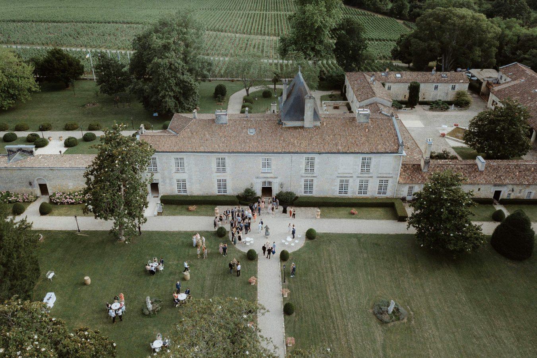 Vue aérienne lors d'un mariage au chateau de la ligne près de Bordeaux par la photographe de mariage Jade Sequeval