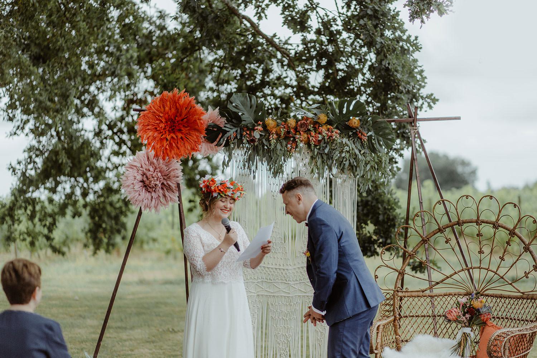 eclats de rire entre les maries sous arche fleurie