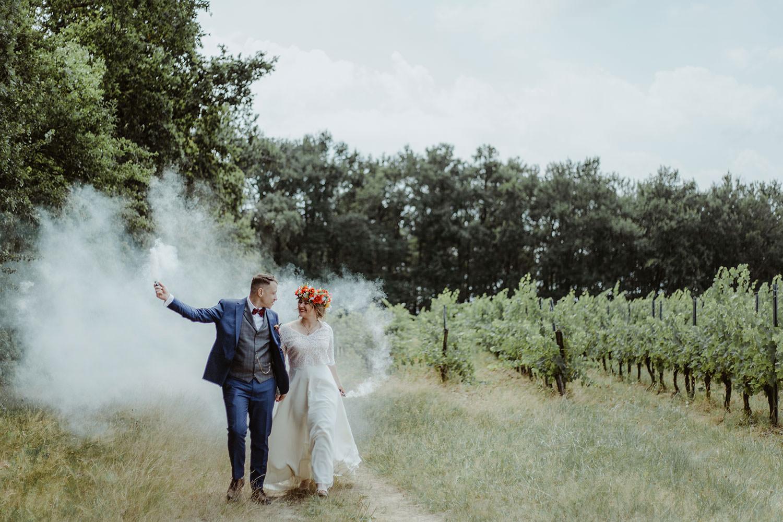 photographe mariage fumigènes dans les vignes bordelaises