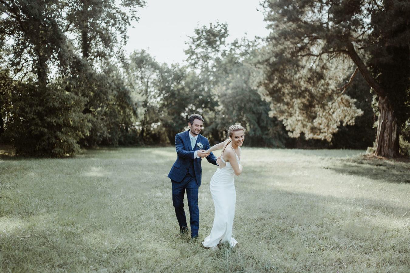 couple de mariés qui se taquinent