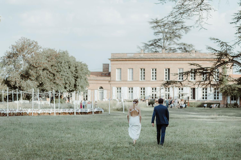 mariés se dirigeant vers le chateau de lavalade