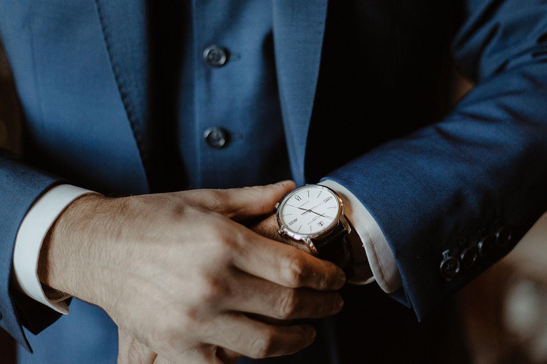 détails de la montre du marié