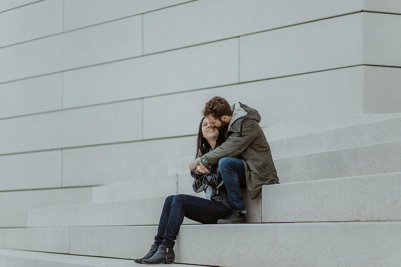 couple souriant sur les marches de la meca bordeaux