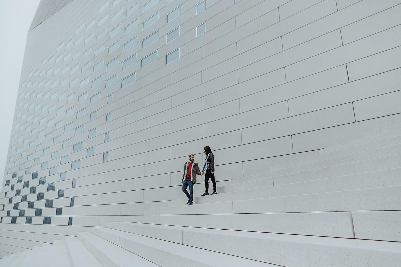couple sur les marches de la meca bordeaux photographe