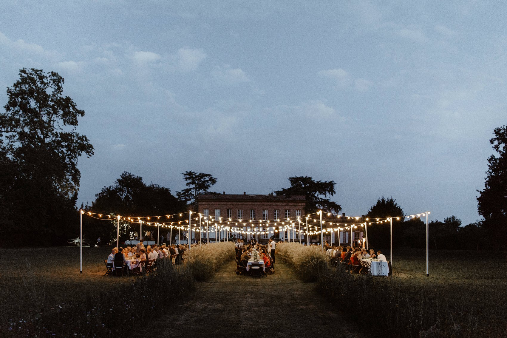 Longues tablées de fin d'été lors d'un mariage au Chateau de Lavalade près de Toulouse par la photographe Jade Sequeval
