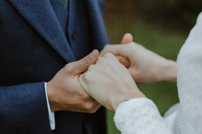 Photographe mariage civil à la mairie de Bordeaux details des mains des mariés