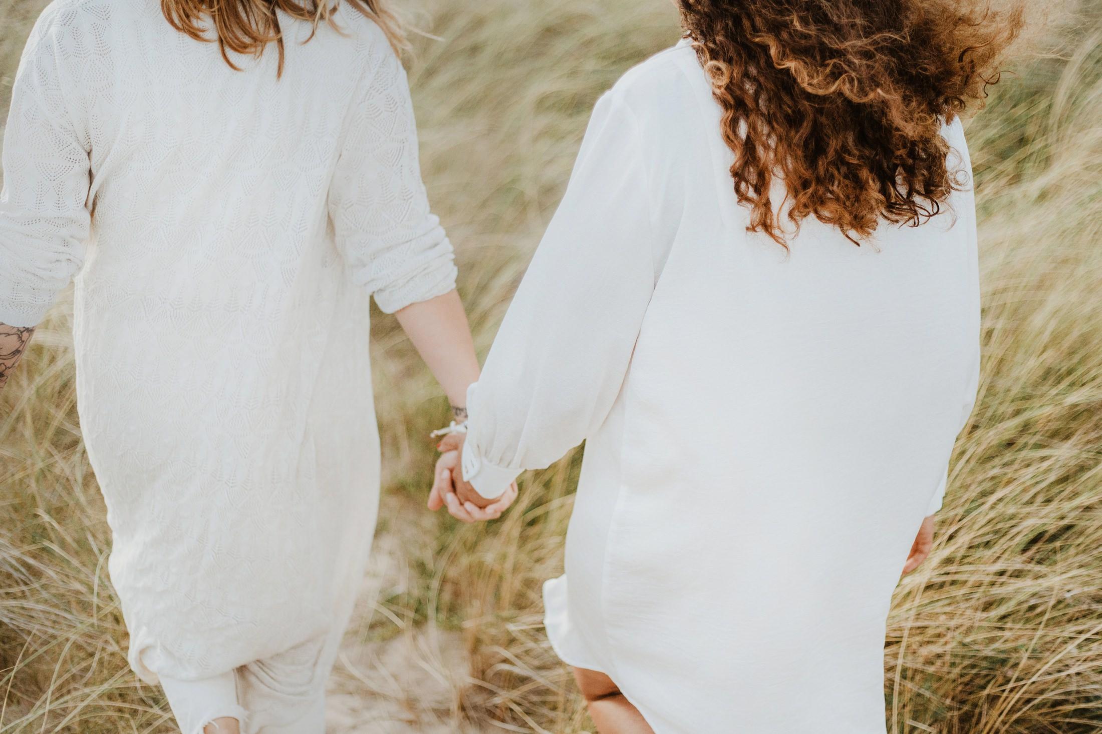 une séance couple de femmes sur l'ile d'oléron par la photographe de mariage Jade Sequeval
