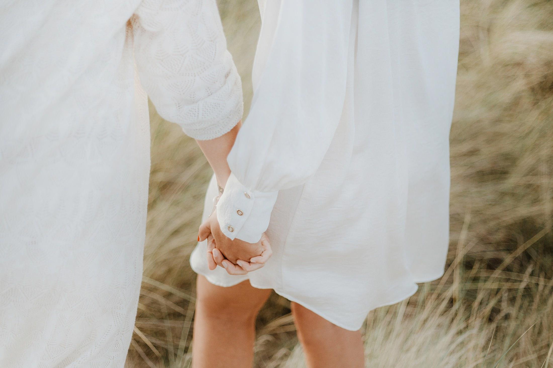 une séance couple en amoureuses sur l'ile d'oléron par la photographe de mariage Jade Sequeval