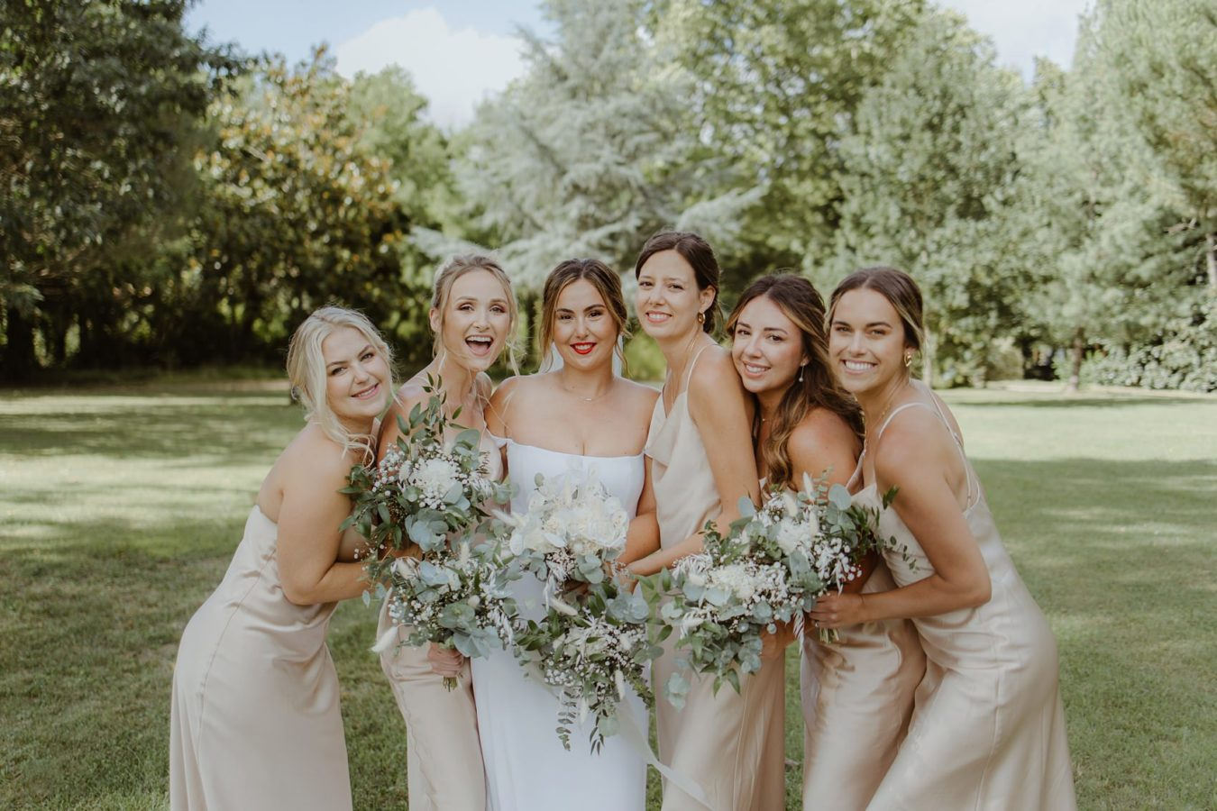 La mariée et ses demoiselles d'honneur en doré pendant un mariage à Bordeaux - Photographe Jade Sequeval